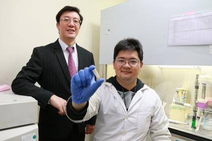 興大組織工程與再生醫學博士學位學程周鑫佑博士 (右)與生醫工程研究所王惠民教授(左)合影