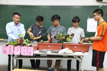 興大教務處10月12日下午舉辦第二屆「綠手指傳習」,邀請校內大一新生、學生會代表及校內師生合計百餘人,一同在綜合大樓二、三樓走廊種下代表大一各班的班草與班花
