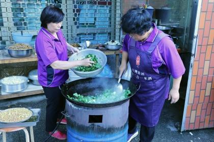 採收下來的蔬果隨即提供西川社區弱勢供餐的愛心媽媽們料理。