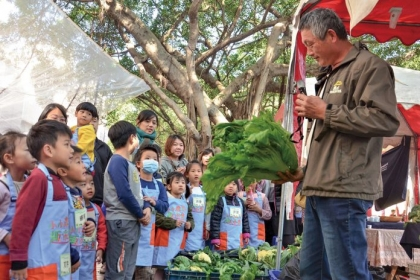 市集現場邀請農友親自講解自家農產品,做食農教育。