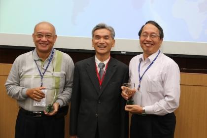 「傑出獎」得主:材料系吳威德教授(左)、植病系葉錫東教授,頒獎人薛富盛校長(中)。