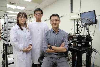 中興大學理學院物理系兼奈米所林彥甫副教授(右)、李夢姣博士後研究員(左)、學生楊豐碩(中)共同開發新穎二維類腦神經突觸
