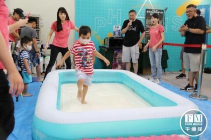【新一代時報】小朋友可以在懸浮液上小跑步。