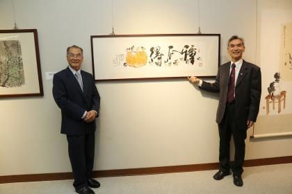李轂摩(左)捐贈作品「種瓜得瓜」給中興大學典藏