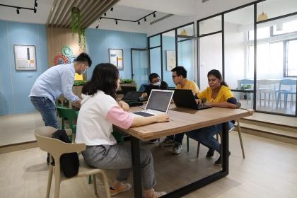 興大大數據中心採共享工作環境進行空間規劃,並建置大數據資訊分析所需的軟硬體設備。
