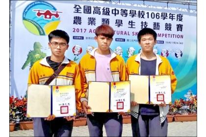 【自由時報】台東專科學校獲農技「金手獎」的3位學生王聖博(左起)、潘柏豪、黃圻睿。