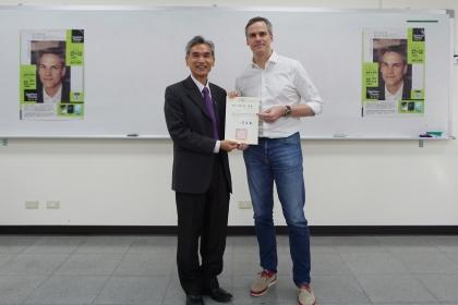 德國籍作家Stephan Thome擔任中興大學駐校作家(右)