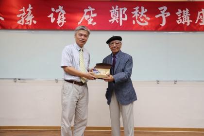 興大主秘陳德勛(左)頒發惠蓀講座紀念牌給鄭愁予。