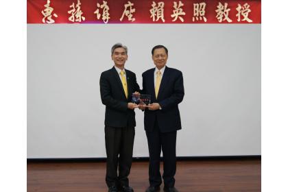 薛校長(左)頒發琉璃獎座予賴英照講座教授