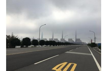 【東森新聞】立委顏寬恒到台中電廠,發現空氣品質糟到連「煙囪不見了」。
