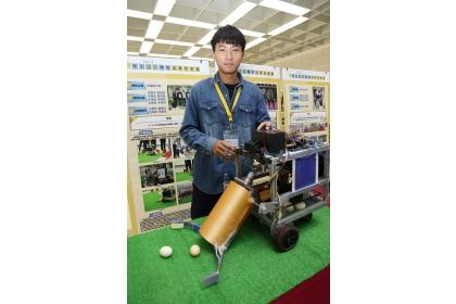 興大生機系團隊設計出的自動拾蛋智慧機器人,獲得2018年生物機電盃田間機器人競賽大專組第二名。