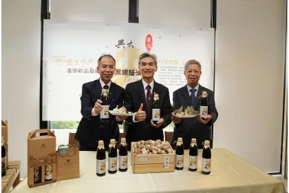 興大校長薛富盛(中)、食品加工廠廠長謝昌衛(左)、育生醫總經理吳榮聰(右)展示黑鑽蔭油膏
