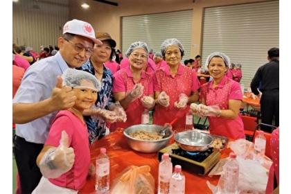 活動中舉辦的「美味『食』刻」,運用在地生產具特有辛香味的大安葱製作蔥丸。(台中市政府提供)