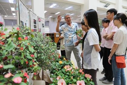 興大園藝系兼任教授朱建鏞(左)展示多款新品種花卉