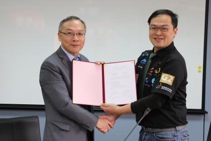 興大理學院與大江生醫簽署合作備忘錄,由施因澤(左)院長與大江學院陳彥任營運長代表簽署