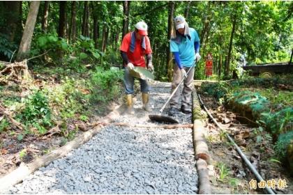 新化林場以風倒的小徑木,修復受災、毀損的步道。(記者吳俊鋒攝)