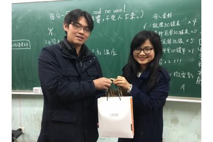興大師培中心吳勁甫主任(左)感謝華東臺商子女學校教師 (興大師培畢業校友)對見習事宜之協助