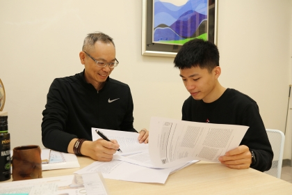 中興大學企管所應屆畢業生周靖偉(右)與指導教授喬友慶討論.JPG