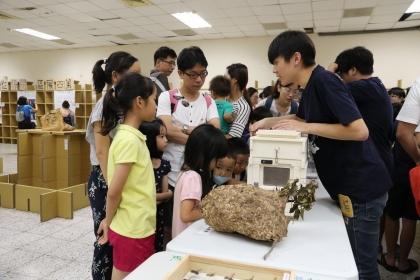 中興大學昆蟲展,現場展示活體蜜蜂、蜂巢、蜂箱、標本,吸引小朋友好奇。圖/興大提供