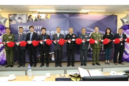 興大校長薛富盛(右6)與總統府戰略顧問蒲澤春上將(右5)等人共同揭牌