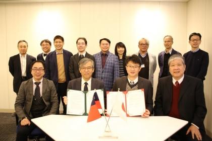 興大能源奈米中心與日本NIMS/MANA簽訂合作備忘錄,由鄭政峯副校長(前排右1)率隊,奈米中心葉鎮宇主任(前排右2)代表簽約。