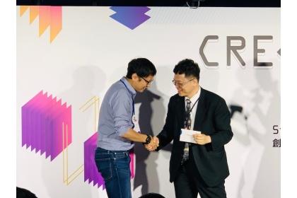 由科技部謝達斌次長揭獎,劉浚年老師(左)上台代表領獎。