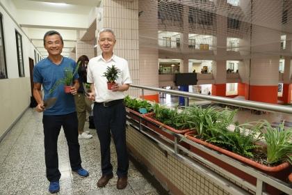 吳宗明教務長(右)與謝禮丞學務長與同學一起栽種盆栽。