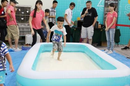 小孩體驗「Running Man非牛頓流體池」