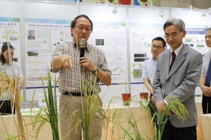 葉錫東院士(左)介紹前瞻植物生技研究中心成果
