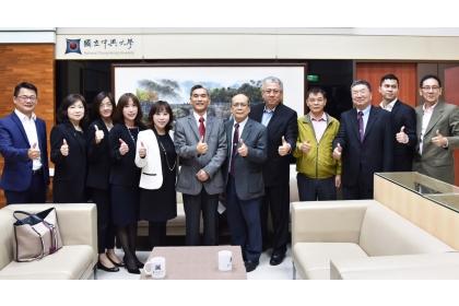 興大薛富盛校長(左6)與佐登妮絲國際股份有限公司及校內師長共同合影