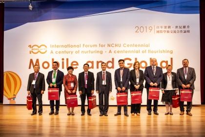 「百年校慶國際論壇」來自10個國家15所海外姊妹校校長與學者蒞校參加。