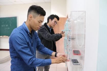 興大企管系教室本月開始使用手機放置櫃,希望找回學生專注力。