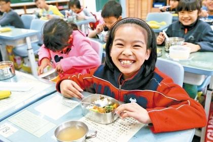 在孩子天真笑容下,大人有責任把校園午餐辦得更營養、更美味,讓食育融入孩子的午餐。記者林伯東/攝影
