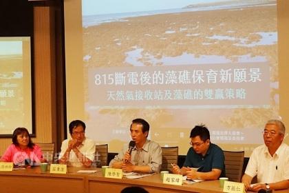 【中央社】環保團體希望以台北港作為第三天然氣接收站,保育大潭藻礁;中油副總經理方振仁(右)14日表示,目前觀塘工業區是第三天然氣接收站首選,藻礁的異地生態復育成否,會加強論述、說明。中央社記者楊淑閔攝 106年10月14日