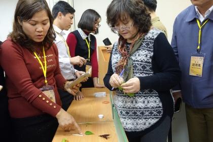 園藝系林慧玲主任與越南學員討論