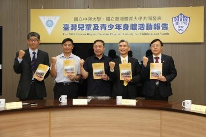 左至右:興大運健所巫錦霖所長、台體大張振崗副校長、台體大林華韋校長、興大薛富盛校長、興大周濟眾研發長
