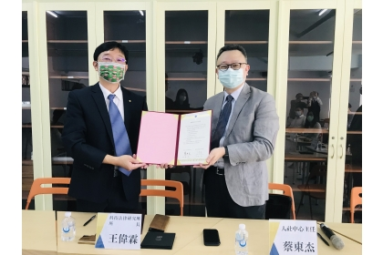 資策會科法所王偉霖所長(左)與興大人社中心蔡東杰主任(右)簽署合作協議。