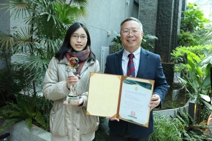 興大土環系碩士生涂凱芬(左)榮獲創意報告獎,與指導老師林耀東特聘教授合影。