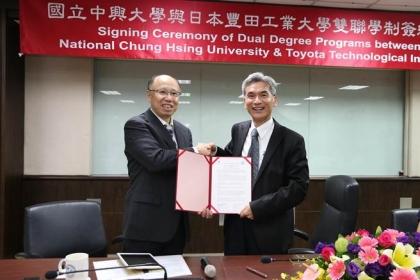【工商時報】中興大學校長薛富盛(右)與豐田工業大學教授吉村雅滿(左)昨(16)日共同簽署雙聯學位續約案。