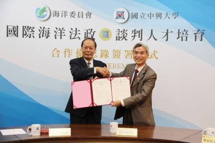海洋委員會與中興大學11月12日簽署合作備忘錄,由興大校長薛富盛(右)、海委會主委李仲威代表簽約