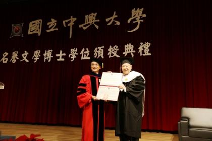 詩人洛夫(右) 獲頒興大名譽文學博士學位,由興大校長薛富盛授證1