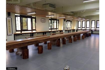▲樹齡約三百年的台灣肖楠原木桌,長達十二公尺相當壯觀。