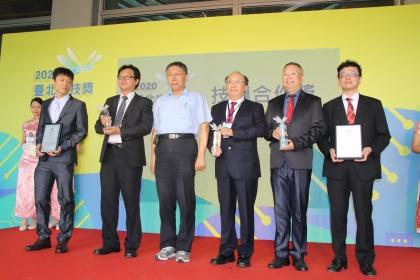 興大土環系林耀東特聘教授及園藝學系林慧玲教授團隊榮獲台北生技獎技轉合作獎。