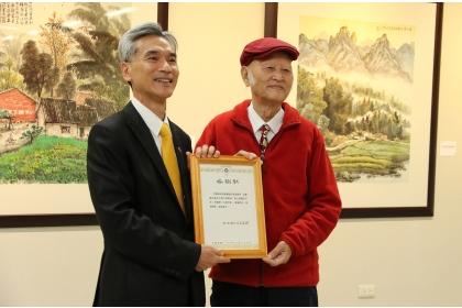 興大薛富盛校長(左)頒發感謝狀給柯耀東老師