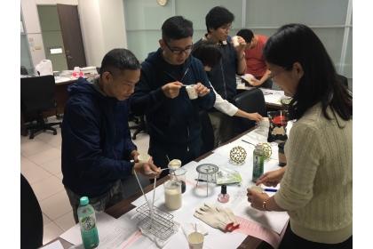 跨領域工作坊 與會者動手煮豆花