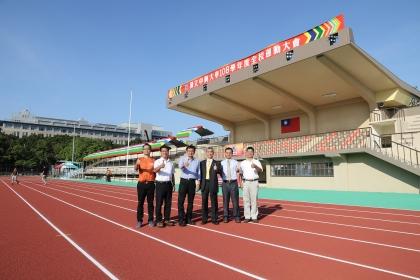 興大校長薛富盛(右3)、傑出校友黃國書立委(左3)共同啟用田徑場。