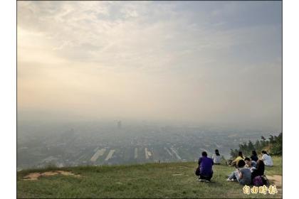 【自由時報】埔里鎮昨空氣品質達到橘色提醒,從虎頭山鳥瞰埔里盆地,一片霧茫茫。