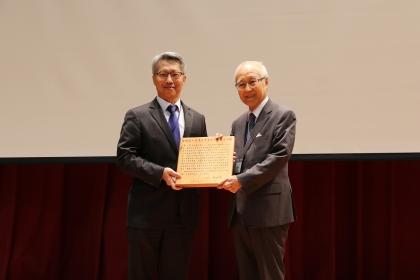 中研院院士廖一久(右)榮獲台灣農學會農業學術獎,由中研院院長廖俊智頒獎