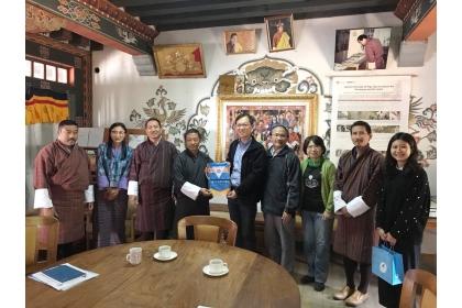 中興大學國際長陳牧民(右5)帶領外籍學生事務組組長鄧文玲教授(右3)、農藝學系陳建德教授(右4)參訪皇家不丹大學自然資源學院