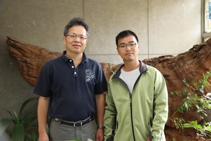 興大森林系副教授曾彥學(左)與博士班學生張之毅發現新物種「塔塔加薊」